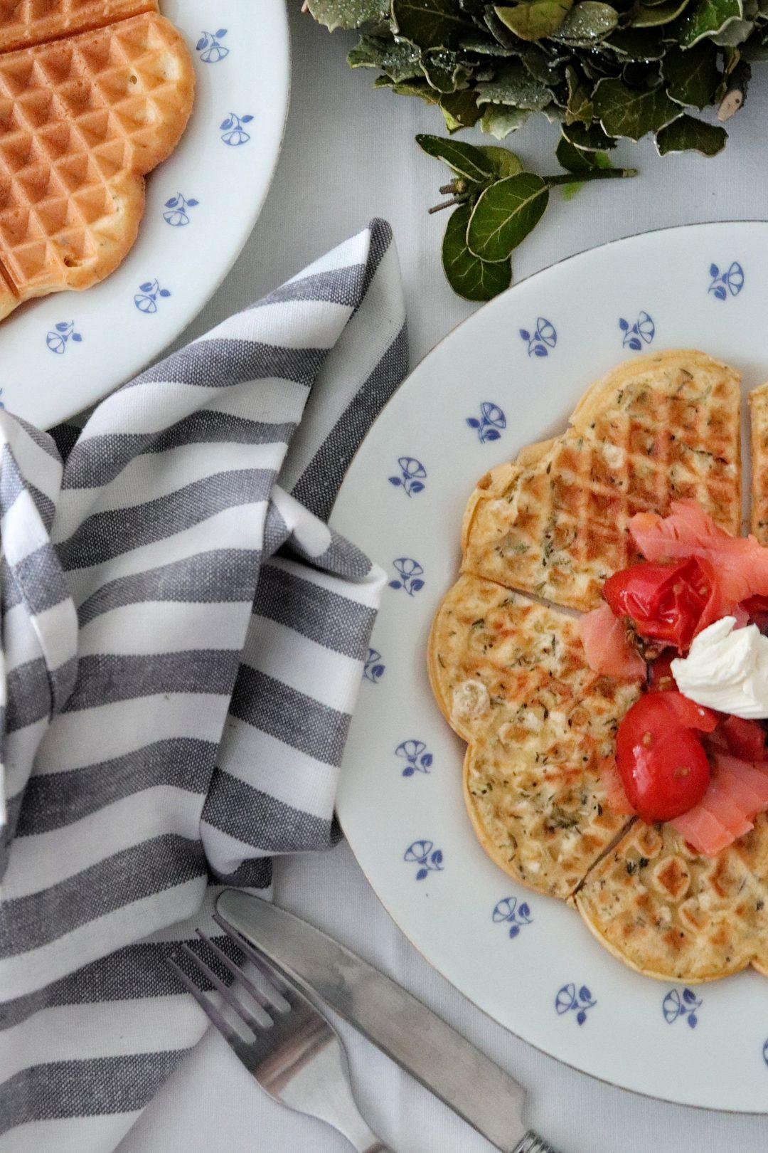 Slané wafle s lososom a opekanými paradajkami