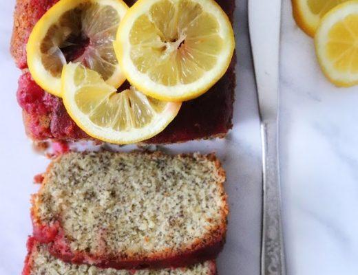 Citrónovomakový koláč s černicovou polevou