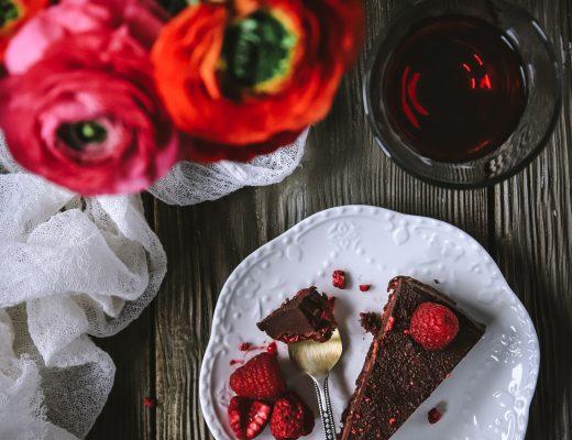 raw čoko koláč s malinami
